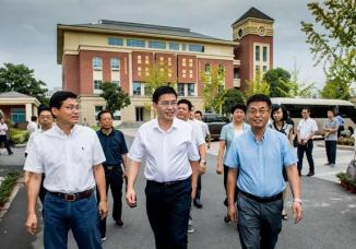 市委书记陈龙走访慰问long88 vip外国语学校一线教师